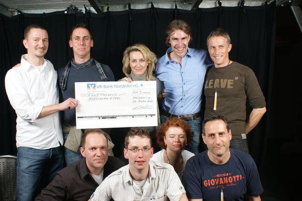 Scheckübergabe über 5.000€ bei der Oldie-Night 2010 im Firmenicher Zikkurat zu Gunsten der